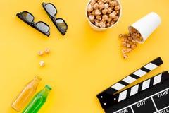 Snacks voor film het letten op Popcorn en soda dichtbij clapperboard, glazen op gele hoogste mening als achtergrond copyspace Royalty-vrije Stock Foto's