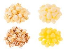 Snacksammlung - verschiedene Popcorn- und Maisstöcke in den Haufen lokalisiert auf weißem Hintergrund Stockfotografie