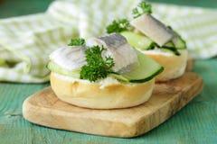 Snacksandwiche mit Heringen Stockfotos