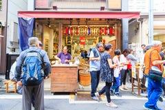 Snackshop des Tsukiji-Fischmarktes in Tsukiji, Tokyo, Japan Lizenzfreie Stockbilder