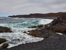 Snaefellsnes dichtbij het zwarte strand van Hellissandur met zware overzees royalty-vrije stock foto