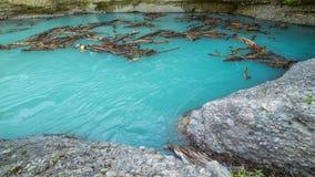 Snag объезжать в голубом каньоне Aksu заводи, Казахстане - 4K Timelapse видеоматериал