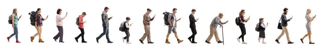Snak rij van mensen die en een mobiele telefoon lopen met behulp van royalty-vrije stock foto