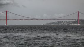 Snak schot van 25 DE Abril Bridge in Lissabon Royalty-vrije Stock Foto
