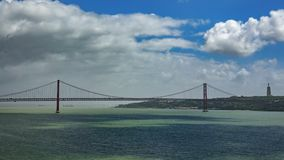 Snak schot van 25 DE Abril Bridge in Lissabon over Tagus-rivier Stock Foto