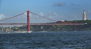 Snak schot van 25 DE Abril Bridge over Tagus-rivier Stock Foto