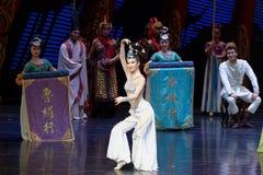 Snak sleeved hofdans de 1-tweede handeling: een feest in de van het paleis-heldendicht de Zijdeprinses ` dansdrama ` stock foto's