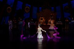 Snak sleeved hofdans de 2-tweede handeling: een feest in de van het paleis-heldendicht de Zijdeprinses ` dansdrama ` stock afbeeldingen