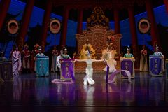 Snak sleeved hofdans de 2-tweede handeling: een feest in de van het paleis-heldendicht de Zijdeprinses ` dansdrama ` royalty-vrije stock afbeelding