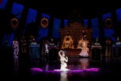 Snak sleeved hofdans de 2-tweede handeling: een feest in de van het paleis-heldendicht de Zijdeprinses ` dansdrama ` royalty-vrije stock fotografie