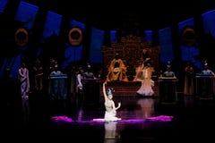 Snak sleeved hofdans de 2-tweede handeling: een feest in de van het paleis-heldendicht de Zijdeprinses ` dansdrama ` stock afbeelding