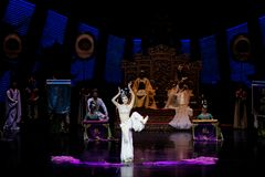 Snak sleeved hofdans de 3-tweede handeling: een feest in de van het paleis-heldendicht de Zijdeprinses ` dansdrama ` stock foto's