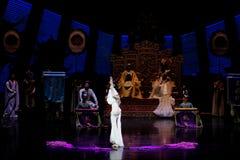 Snak sleeved hofdans de 3-tweede handeling: een feest in de van het paleis-heldendicht de Zijdeprinses ` dansdrama ` royalty-vrije stock afbeeldingen
