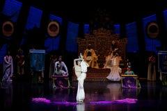 Snak sleeved hofdans de 3-tweede handeling: een feest in de van het paleis-heldendicht de Zijdeprinses ` dansdrama ` royalty-vrije stock fotografie