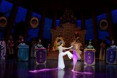 Snak sleeved hofdans de 3-tweede handeling: een feest in de van het paleis-heldendicht de Zijdeprinses ` dansdrama ` stock fotografie