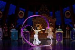 Snak sleeved hofdans de 4-tweede handeling: een feest in de van het paleis-heldendicht de Zijdeprinses ` dansdrama ` royalty-vrije stock foto's