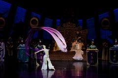 Snak sleeved hofdans de 4-tweede handeling: een feest in de van het paleis-heldendicht de Zijdeprinses ` dansdrama ` stock afbeeldingen