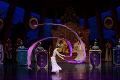 Snak sleeved hofdans de 4-tweede handeling: een feest in de van het paleis-heldendicht de Zijdeprinses ` dansdrama ` stock afbeelding