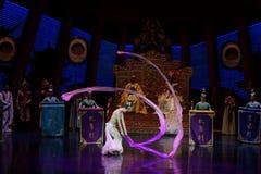 Snak sleeved hofdans de 4-tweede handeling: een feest in de van het paleis-heldendicht de Zijdeprinses ` dansdrama ` stock fotografie