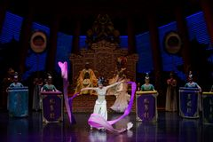 Snak sleeved hofdans de 5-tweede handeling: een feest in de van het paleis-heldendicht de Zijdeprinses ` dansdrama ` royalty-vrije stock fotografie