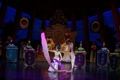 Snak sleeved hofdans de 5-tweede handeling: een feest in de van het paleis-heldendicht de Zijdeprinses ` dansdrama ` stock afbeelding