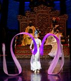 Snak sleeved hofdans de 5-tweede handeling: een feest in de van het paleis-heldendicht de Zijdeprinses ` dansdrama ` royalty-vrije stock afbeelding