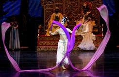 Snak sleeved hofdans de 6-tweede handeling: een feest in de van het paleis-heldendicht de Zijdeprinses ` dansdrama ` stock foto's
