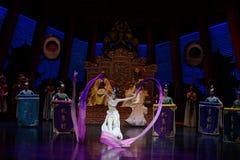 Snak sleeved hofdans de 6-tweede handeling: een feest in de van het paleis-heldendicht de Zijdeprinses ` dansdrama ` stock fotografie