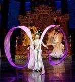 Snak sleeved hofdans de 6-tweede handeling: een feest in de van het paleis-heldendicht de Zijdeprinses ` dansdrama ` royalty-vrije stock afbeeldingen
