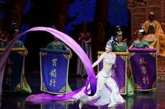 Snak sleeved hofdans de 7-tweede handeling: een feest in de van het paleis-heldendicht de Zijdeprinses ` dansdrama ` royalty-vrije stock fotografie