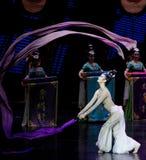 Snak sleeved hofdans de 7-tweede handeling: een feest in de van het paleis-heldendicht de Zijdeprinses ` dansdrama ` royalty-vrije stock foto