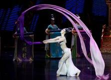 Snak sleeved hofdans de 7-tweede handeling: een feest in de van het paleis-heldendicht de Zijdeprinses ` dansdrama ` royalty-vrije stock foto's