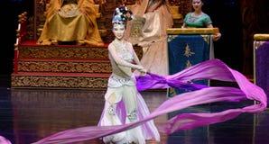 Snak sleeved hofdans de 7-tweede handeling: een feest in de van het paleis-heldendicht de Zijdeprinses ` dansdrama ` royalty-vrije stock afbeeldingen