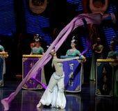Snak sleeved hofdans de 7-tweede handeling: een feest in de van het paleis-heldendicht de Zijdeprinses ` dansdrama ` stock afbeelding