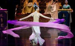 Snak sleeved hofdans de 8-tweede handeling: een feest in de van het paleis-heldendicht de Zijdeprinses ` dansdrama ` stock foto's