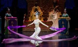 Snak sleeved hofdans de 8-tweede handeling: een feest in de van het paleis-heldendicht de Zijdeprinses ` dansdrama ` royalty-vrije stock foto's