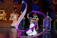 Snak sleeved hofdans de 8-tweede handeling: een feest in de van het paleis-heldendicht de Zijdeprinses ` dansdrama ` stock foto