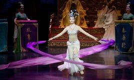 Snak sleeved hofdans de 8-tweede handeling: een feest in de van het paleis-heldendicht de Zijdeprinses ` dansdrama ` royalty-vrije stock fotografie