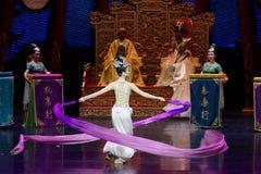 Snak sleeved hofdans de 8-tweede handeling: een feest in de van het paleis-heldendicht de Zijdeprinses ` dansdrama ` royalty-vrije stock afbeeldingen