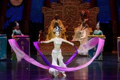 Snak sleeved hofdans de 8-tweede handeling: een feest in de van het paleis-heldendicht de Zijdeprinses ` dansdrama ` stock afbeelding