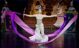 Snak sleeved hofdans de 8-tweede handeling: een feest in de van het paleis-heldendicht de Zijdeprinses ` dansdrama ` stock afbeeldingen