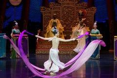 Snak sleeved hofdans de 9-tweede handeling: een feest in de van het paleis-heldendicht de Zijdeprinses ` dansdrama ` royalty-vrije stock afbeelding