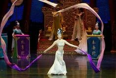 Snak sleeved hofdans de 9-tweede handeling: een feest in de van het paleis-heldendicht de Zijdeprinses ` dansdrama ` royalty-vrije stock fotografie