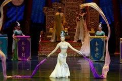 Snak sleeved hofdans de 9-tweede handeling: een feest in de van het paleis-heldendicht de Zijdeprinses ` dansdrama ` royalty-vrije stock foto's