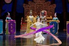 Snak sleeved hofdans de 9-tweede handeling: een feest in de van het paleis-heldendicht de Zijdeprinses ` dansdrama ` stock afbeeldingen