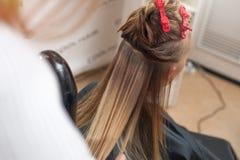 Snak van vrouwelijke cliënt in een schoonheidssalon op het professionele stileren stock fotografie