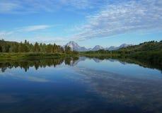 Snake River som reflekterar Rocky Mountains och himlen Arkivfoto