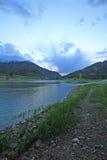 Snake River unter Sonnenaufgang bewölkt sich in alpinem Wyoming, in dem er den Grau-Fluss trifft Lizenzfreies Stockfoto