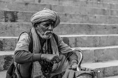 Snakemen i Varanasi ghaat Holly Ganga ghaat arkivbilder