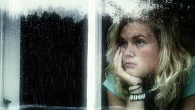 Snakkend meisje een regenachtige dag stock footage